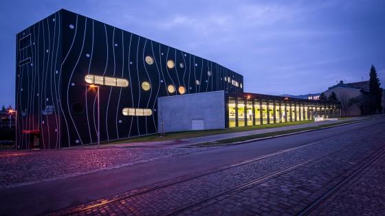 Novostavba lékárny Fakultní nemocnice Olomouc v noci