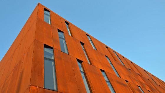 resort Hodolany detail oken na budově hotelu corten