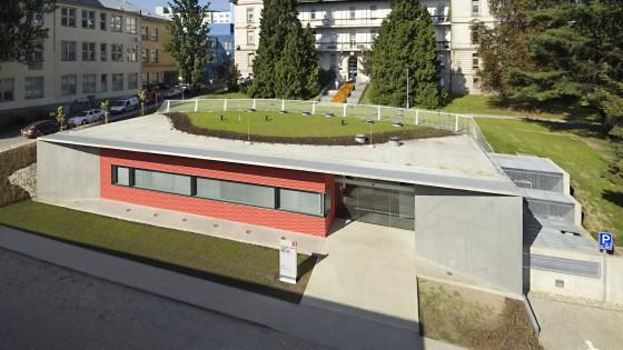 budova PET-CT Fakultní nemocnice v Olomouci ve dne z nadhledu