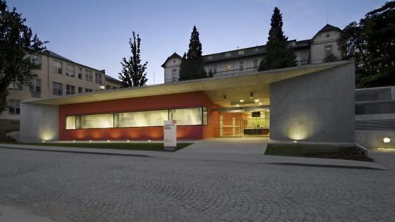 budova PET-CT Fakultní nemocnice v Olomouci večer